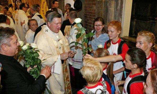 Białe róże od Caritas